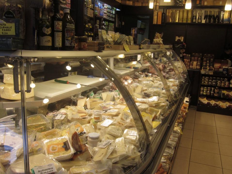 Il banco dei formaggi e salumi